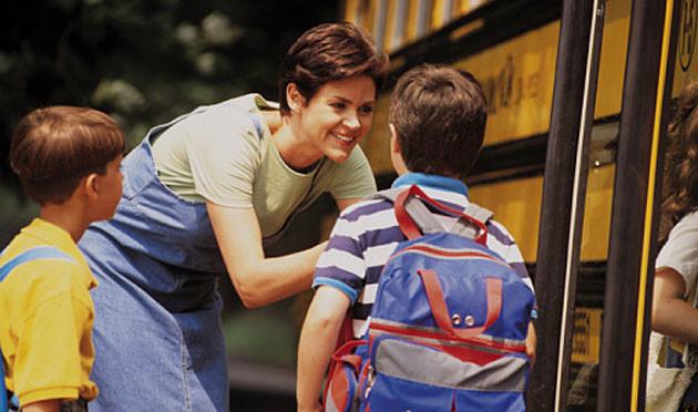 mom-at-school-bus